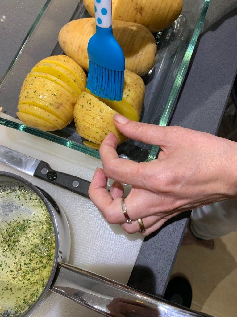 Pintando patatas Hasselback